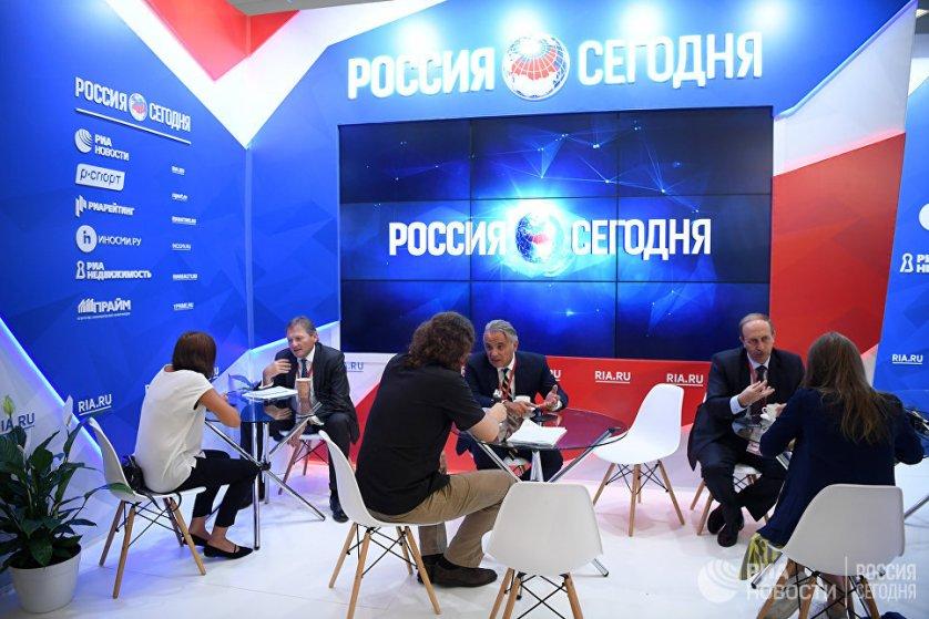 """В список задач ВЭФ также входит укрепление связей мирового инвестиционного сообщества, предпринимателей и властей. На фото: Стенд Международного мультимедийного пресс-центра МИА """"Россия сегодня"""" на площадке ВЭФ во Владивостоке."""