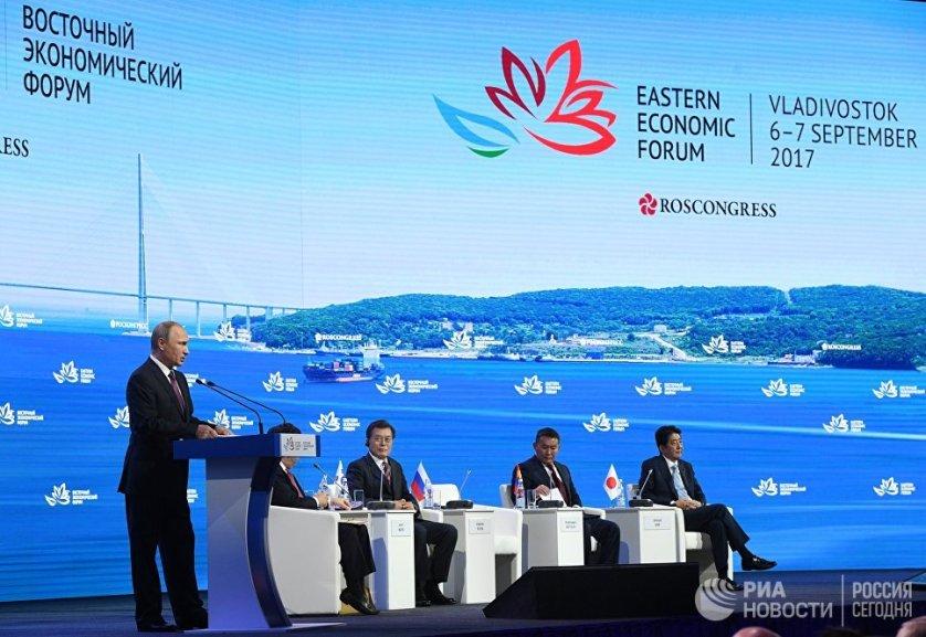 Президент России Владимир Путин выступает на пленарном заседании III Восточного экономического форума во Владивостоке.