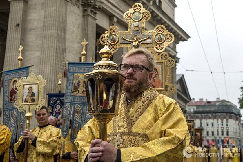 Депутат Госдумы РФ Виталий Милонов также принял участие в крестном ходе.