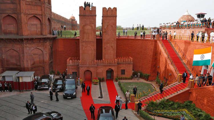 """مجهول يسرق هاتف سفير أوكرانيا في الهند أثناء التقاطه """"سيلفي"""""""