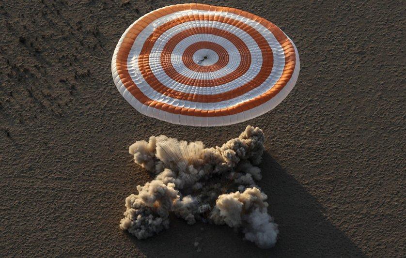"""Приземление капсулы """"Союз-МС-04"""" с экипажем Международной космической станции в районе города Джезказган, Казахстан."""