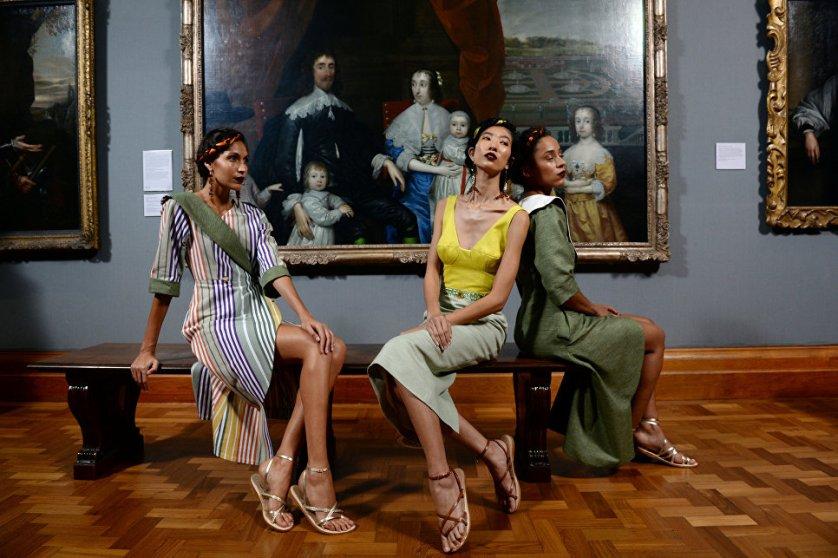 Модели во время шоу бренда Tata Naka на Неделе моды в Лондоне.