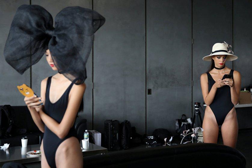 Модели перед показом коллекции шляп дизайнера Евгении Ким на Неделе моды в Нью-Йорке.
