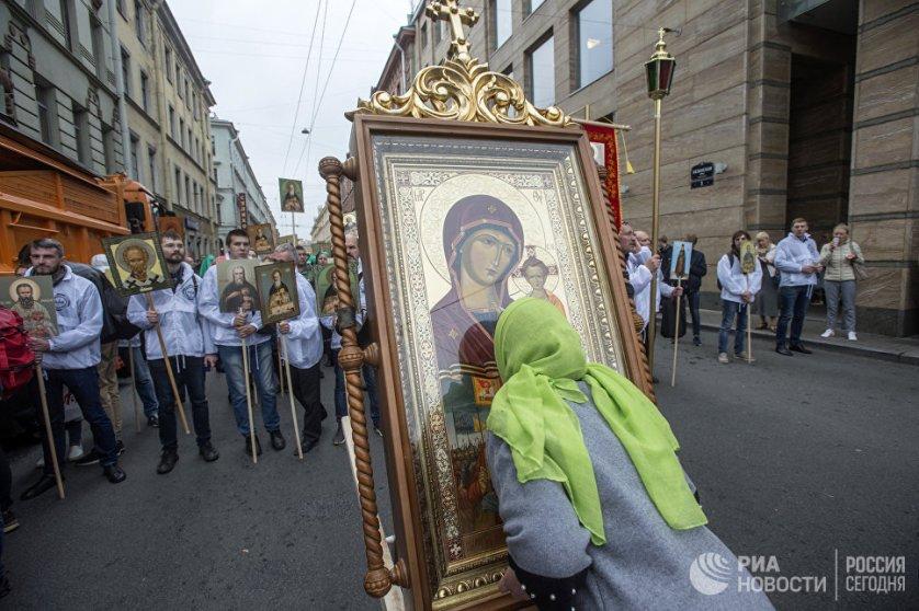 Во главе крестного хода православные верующие несли чудотворную икону Казанской Божией Матери.