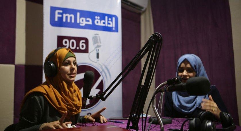 """""""حواء"""" أوّل إذاعة فلسطينيّة تبثّ من وسط مخيّم للاّجئين"""