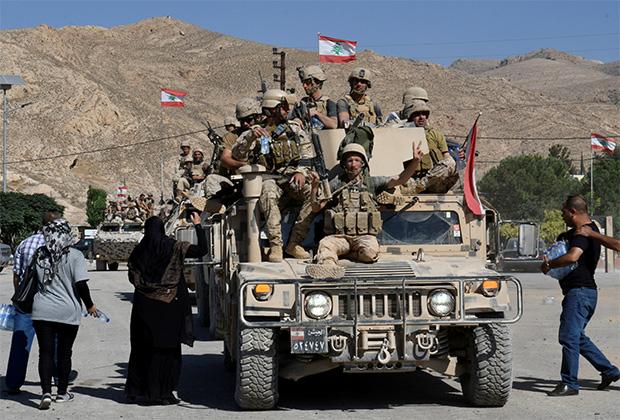 Ливанских военных приветствуют жители Рас-Баальбека, 27 августа 2017 года.