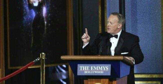 """المتحدث السابق باسم البيت الأبيض يسخر من نفسه في حفل جوائز """"إيمي"""""""