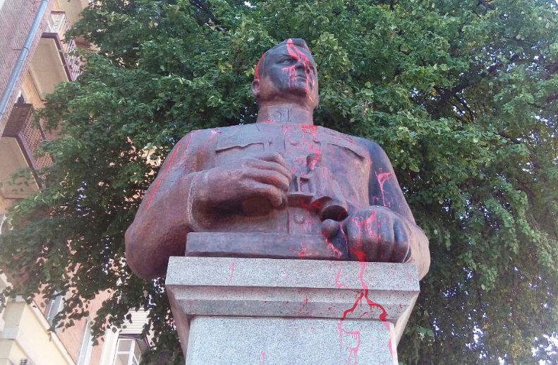 Облитый краской памятник генералу Ватутину в Полтаве