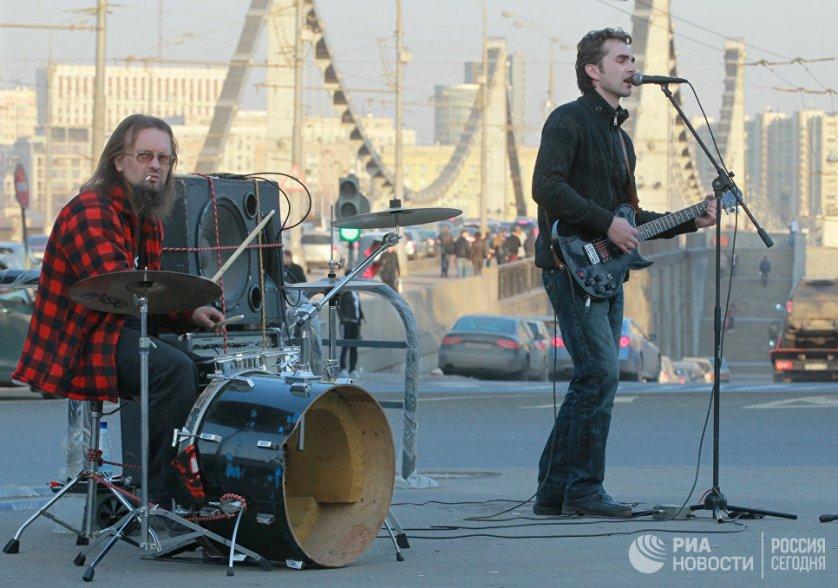 Уличные музыканты на Садовом кольце у Крымского моста Москвы