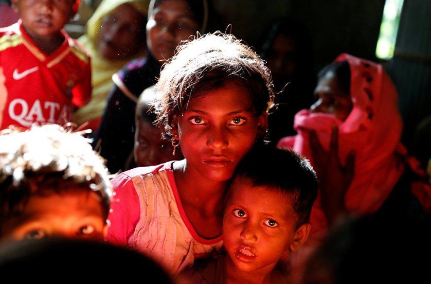 Беженцы рохинджа перед отправкой в лагерь в Кокс-Базаре, Бангладеш.