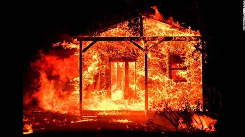 حرائق الغابات تستعر في كاليفورنيا مع وصول عدد القتلى إلى مستوى قياسي