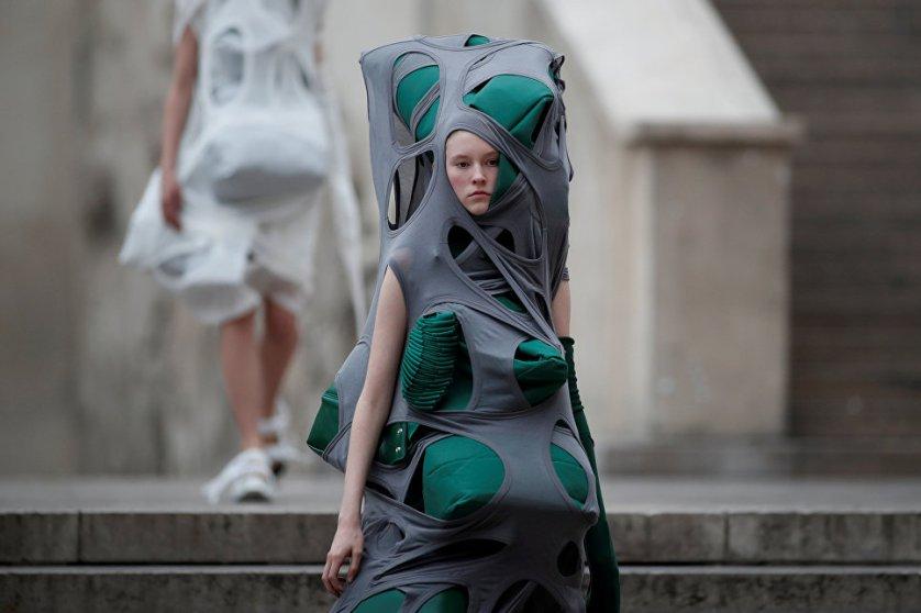 Модель во время показа коллекции американского модельера Рика Оуэнса в рамках Недели моды в Париже.