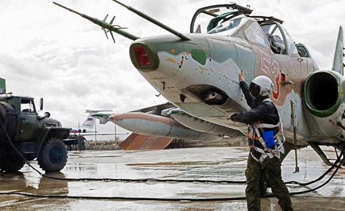 Подготовка штурмовика Су-25 ВКС России на авиабазе Хмеймим в Сирии к вылету в пункт постоянной дислокации на территории России.