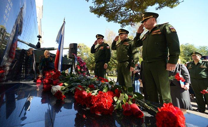 Возложение венков и цветов к портрету погибшего в Сирии генерал-лейтенанта Валерия Асапова во время траурного митинга на аллее Славы 5-й общевойсковой армии в Уссурийске.