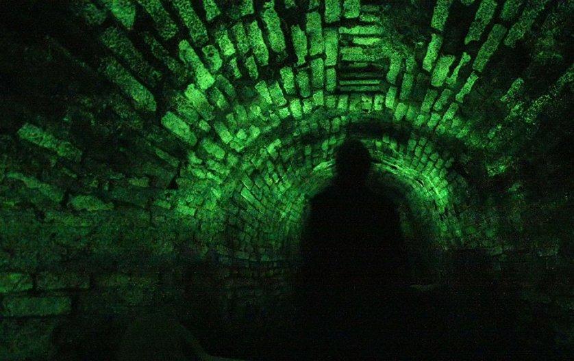 Хотите острых ощущений, спускайтесь в подземелья, а точнее в катакомбы. Даже если там не водятся призраки, то воображение их вам дорисует. Например, в катакомбах города Йиглава в Чехии исследователи видели светящуюся красным цветом лестницу и отчетливо слышали звуки органа. А недавно тут еще и художественную подсвтеку сделали, ну как не пофантазировать.