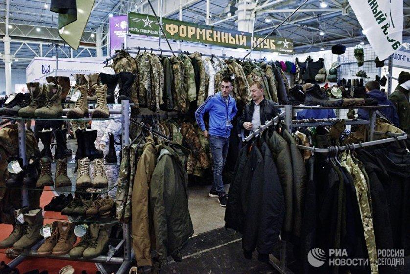 На выставке есть стенды с товарами двойного назначения, а также для охоты и активного отдыха.