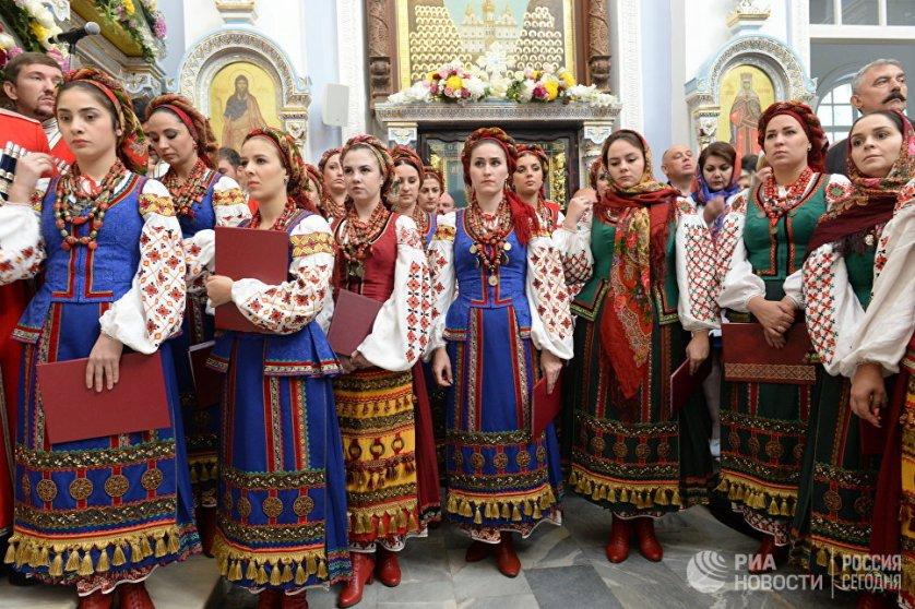 На освящение кафедрального собора многие прихожане пришли в национальных костюмах.