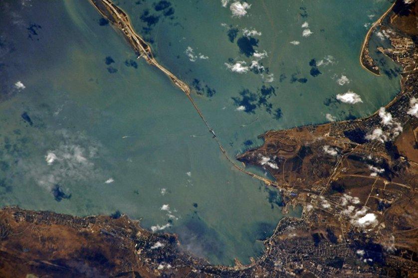 Российский космонавт Сергей Рязанский опубликовал в соцсетях снимки строящегося моста через Керченский пролив, сделанные с борта МКС.