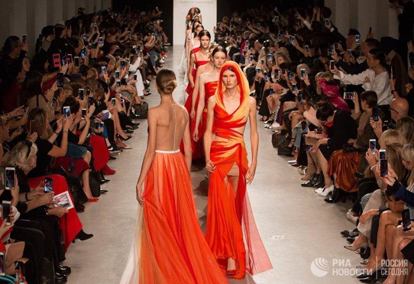 Модели на показе новой коллекции Валентина Юдашкина в рамках Недели моды в Париже.