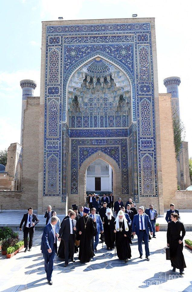 Патриарх Кирилл посетил мавзолей Гур-Эмир и усыпальницу Тамерлана в Самарканде.