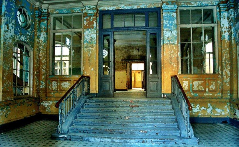 Белиц-Хайльштеттен - некогда лучший в Германии санаторий, а после Второй мировой войны попал в руки советской власти и в итоге осиротел и обветшал. Теперь сюда захаживают разве только любопытные туристы, по словам которых, тут до сих пор можно найти письма солдат, а также услышать странные звуки.
