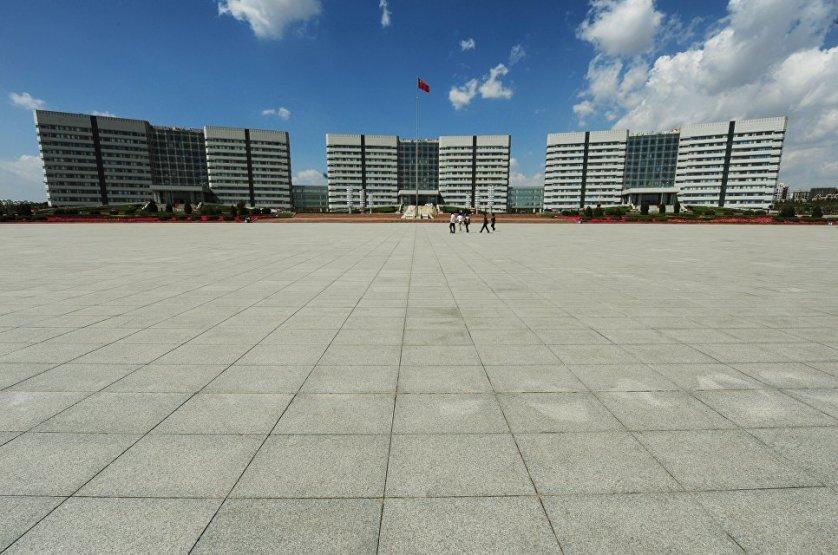 Разумеется, в Ордосе имеется своя администрация, для которой выстроен специальный правительственный комплекс. В целом город невероятно просторный – большие площади и скверы, широченные проспекты.