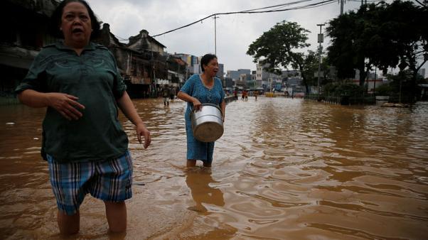 إجلاء آلاف الأشخاص في اندونيسيا بسبب الفيضانات