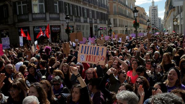 إسبانيات ينظمن إضرابا ومئات المسيرات احتجاجا على عدم المساواة