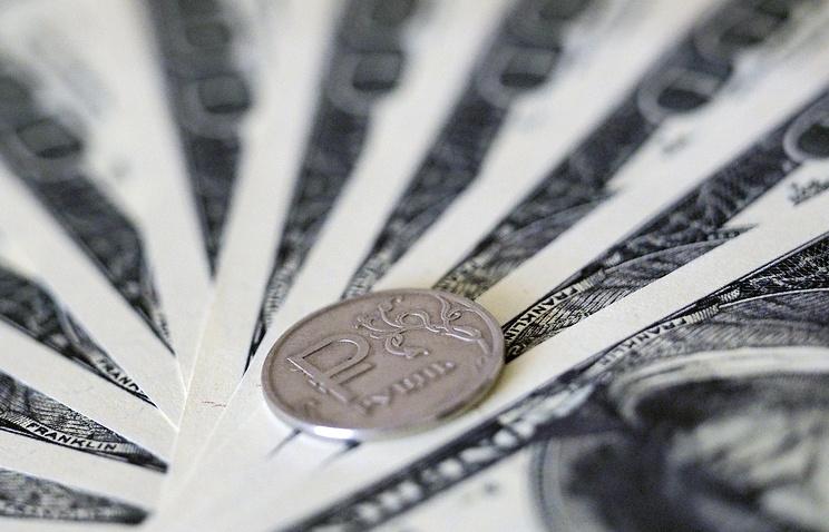 ВЦИОМ: большинство россиян не беспокоит снижение курса рубля