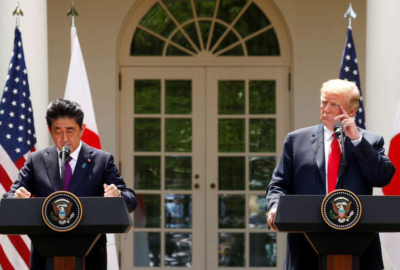ترامب يقول إنه يعمل مع آبي لتحسين العلاقات التجارية بين أمريكا واليابان
