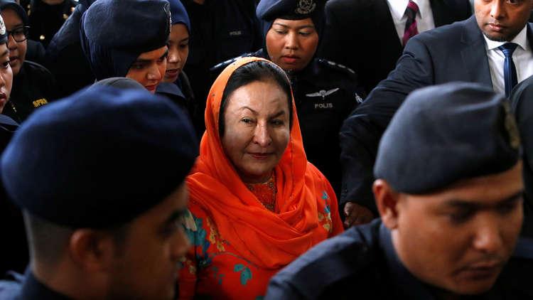 الادعاء الماليزي يوجه 17 تهمة لزوجة رئيس الوزراء السابق