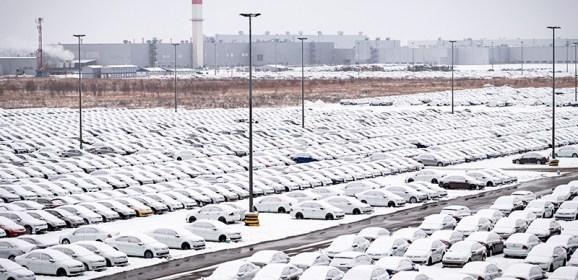 Продажи новых легковых автомобилей и LCV в России в январе упали на 4,2%