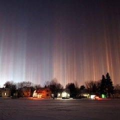 Ослепительные столбы в небе над Канадой приняли за НЛО