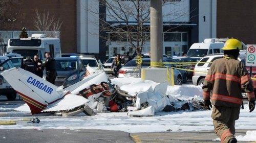 Два легкомоторных самолета упали на торговый центр в Монреале