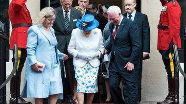 Генерал-губернатор Канады нарушил протокол: дотронулся до Елизаветы II