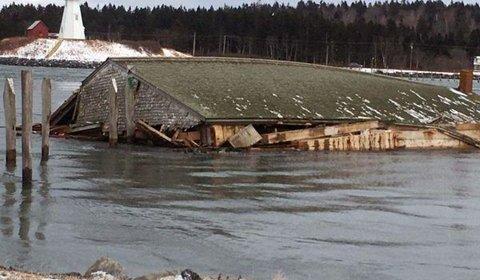 Во время шторма из США в Канаду ветром унесло фабрику по копчению сельди
