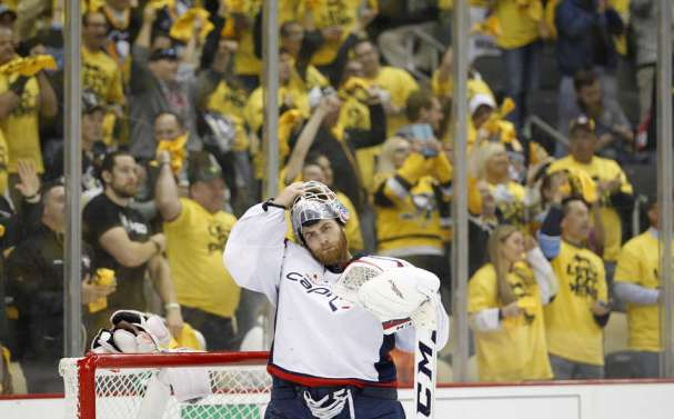 holtby-pens-fans