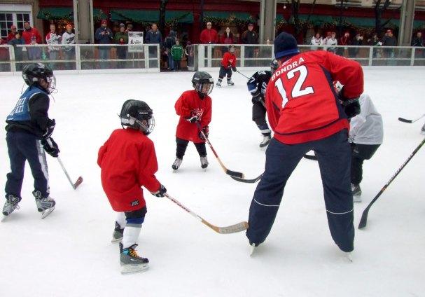 Peter Bondra plays hockey with kids.