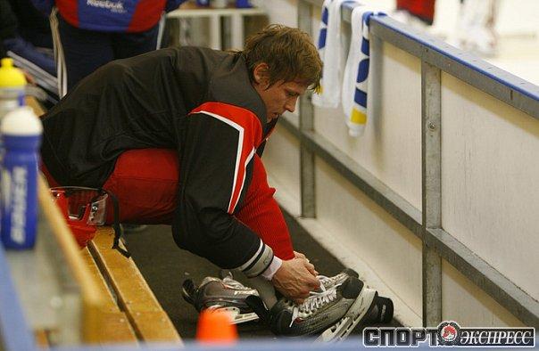 Alex Semin tying his skates during practice