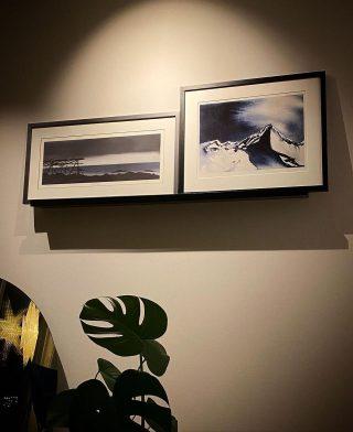 Repost fra @idamartin med bildene 'Lunefullt vakkert' og 'Blue Guardian' på veggen 🤩 Så gøy å se! Takk😍 #rutheart_home