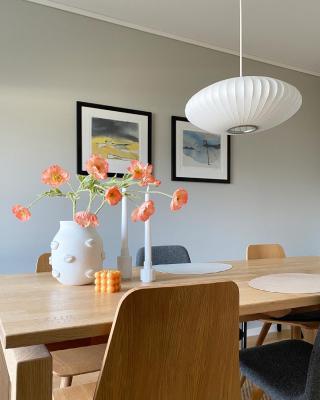 | reklame  SPRING!  Måtte utnytte det herlige, myke vårlyset som strømmer inn i dag, med et bilde av de flotte maleriene til rutheart 🧚🏿♂️   _____________________________________________ #rutheart_home #rutheart #kunst #art #interiørdetaljer #minimalisme #minimal  #minimalmood #renelinjer  #interiordesign #interiordecor #nordiskinteriør #interiør #interiordetails #skandinaviskstil #skandinaviskinteriør #interior #scandinaviandecor #scandinaviandesign #scandistyle #interiorstyling #mynordichome #homedecor  #minimalism #nordicminimalism #softminimalism #homeinterior #homeadore #nordiskehjeminspo #diydeco