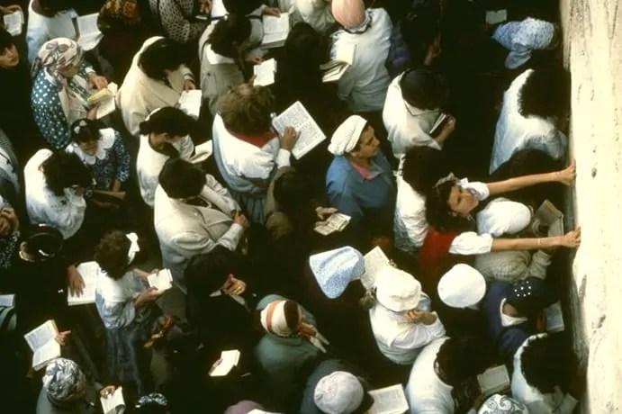 women-praying-at-the-western-wall