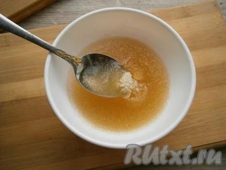 Gelatin suger i kallt vatten, ge det att svälla (5-7 minuter).
