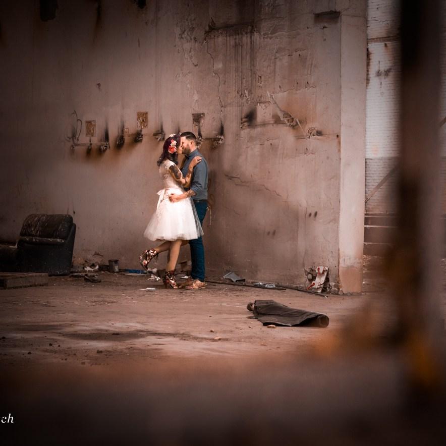 portretfotograaf portret fotoreportage fabriek industrieel industriële gezocht laten maken binnenlocatie aparte bijzondere trouwfotograaf huwelijksfotograaf Ruwmantisch Rawmantic holland brabant