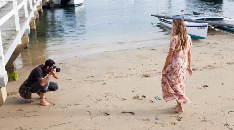 Sahile fotoğraf çekilmeye giderken küçük bir kız görüyorum