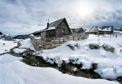 Çok sert bir kış günü dağlık alanda bir köydeyim