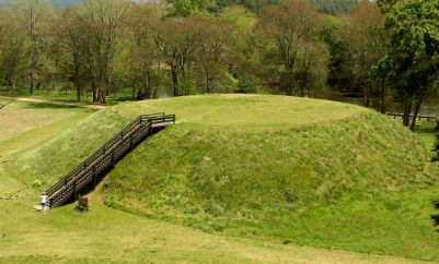 1 800px-USA-Georgia-Etowah_Indian_Mounds-Mound_B Kåre Thor Olsen