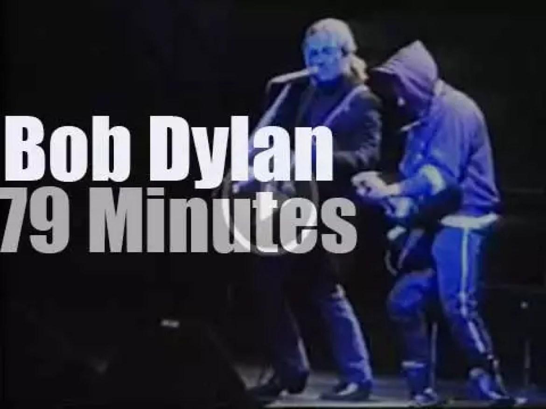 Hooded Dylan plays in Helsinki (1989)