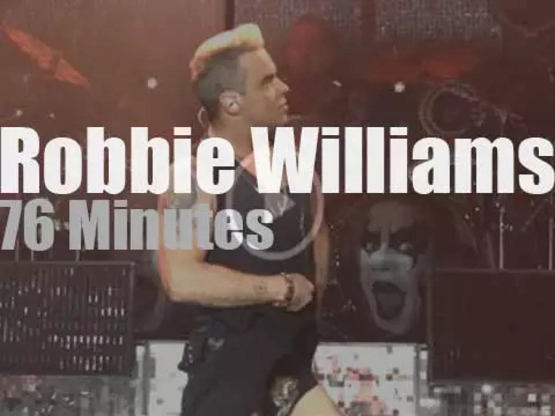 Robbie Williams sings along in Belgrade (2015)