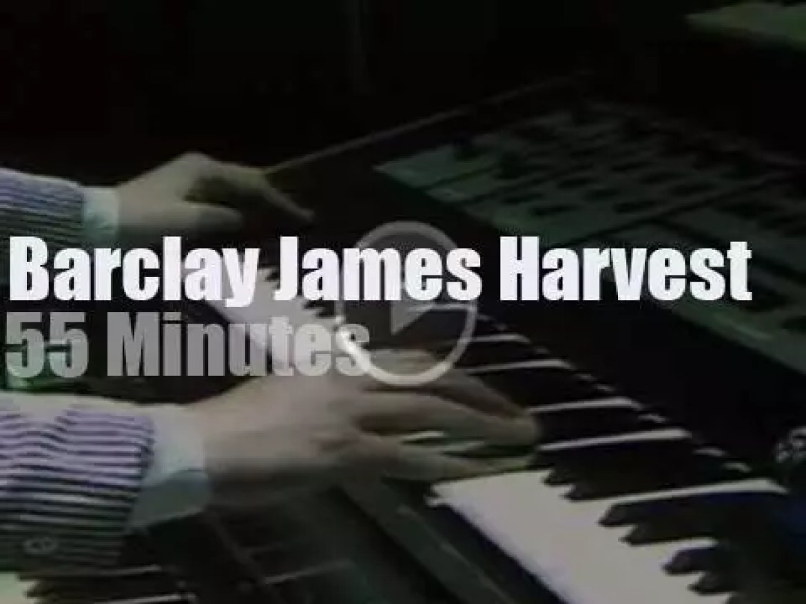 Barclay James Harvest play next to the Berlin wall (1980)